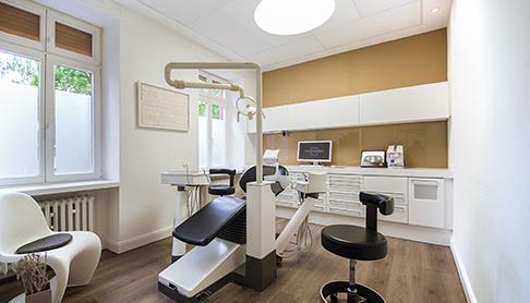 Zahnarztpraxis-Behandlungszimmer